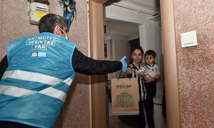 Beşiktaş'ta sokağa çıkamayan çocuklara belediye ekipleri hediye dağıttı
